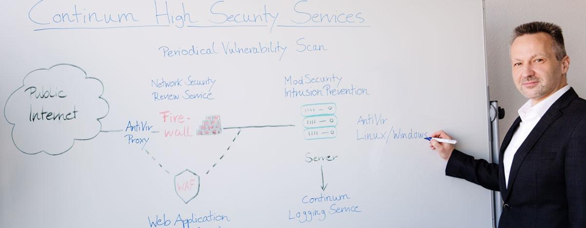 Continum Technik-Vorstand Markus Dörflinger veranschaulicht die Continum High Security Services.